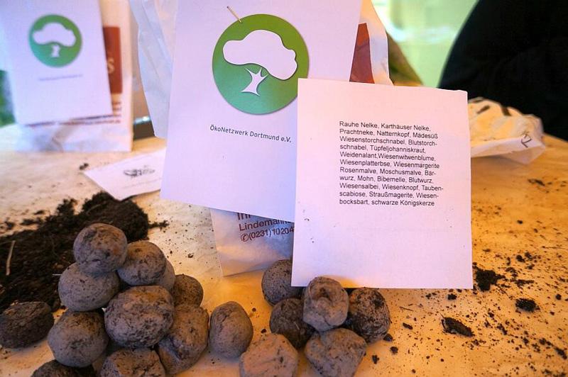 Seedbombs mit Flyer Ökonetzwerk Dortmund